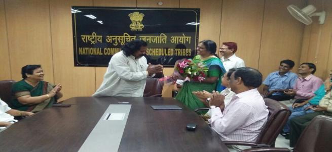 हिंदी पखवाड़े के समापन समारोह के दौरान पुरस्कार वितरण करते माननीय अध्यक्ष, उपाध्यक्ष..